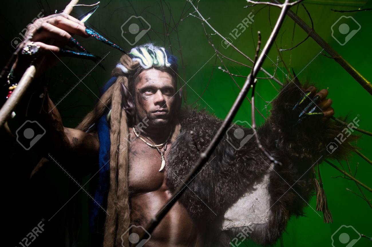 Hombre Lobo Con Las Uñas Largas Entre Las Ramas Del árbol Y El Humo ...