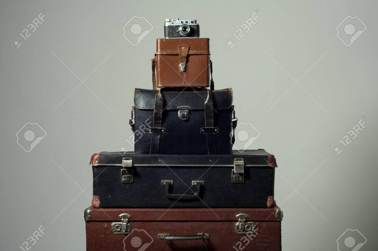 3bd65ccce54c6 Standard-Bild - Stapel alter schäbiger Koffer und Kamera. Konzeptreisende  entfernte Länder. Schrankkoffer Reportagefotograf