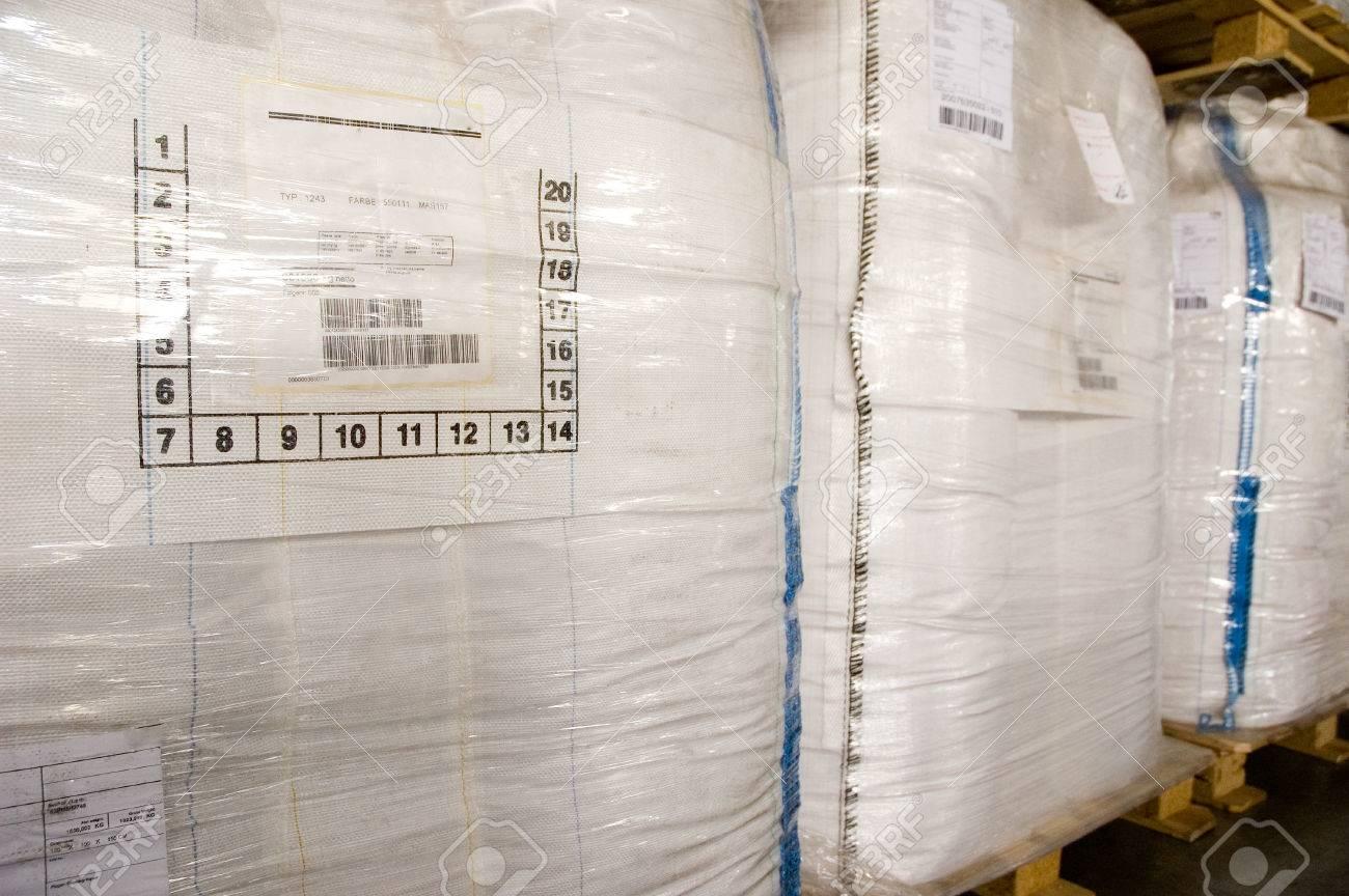 weiße großcontainer für schüttgut auf paletten. beutel für