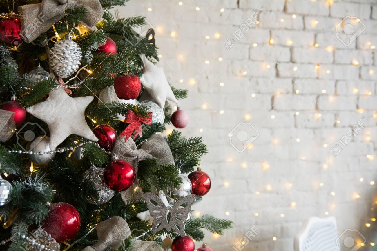 Pallina Natale Con Foto Digitale.Albero Di Natale Con Palline Rosse E Stelle Fatte Da Se Sullo Sfondo Di Un Muro Di Mattoni Con Ghirlande