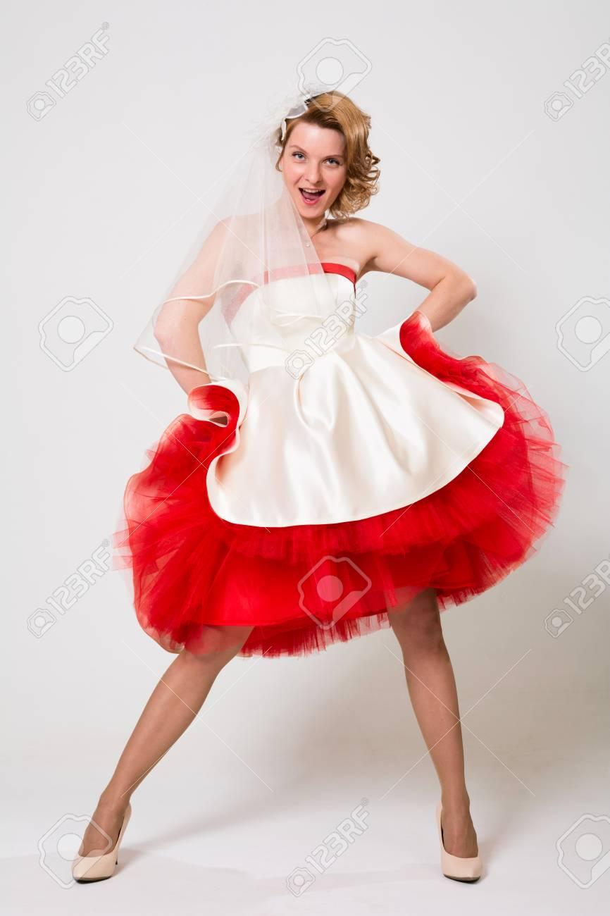 Blanche Jeune RougeHeureuse Mariée Robe Émotionnelle Une Dans qVGSpzLUM