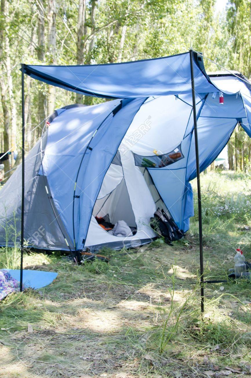 Blau Grossen Zelt Auf Dem Rasen Im Wald Mit Wohnzimmer Lizenzfreie