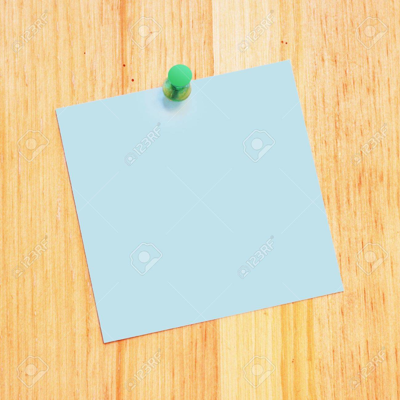 blank reminder on a wood desk with push pin - 966674
