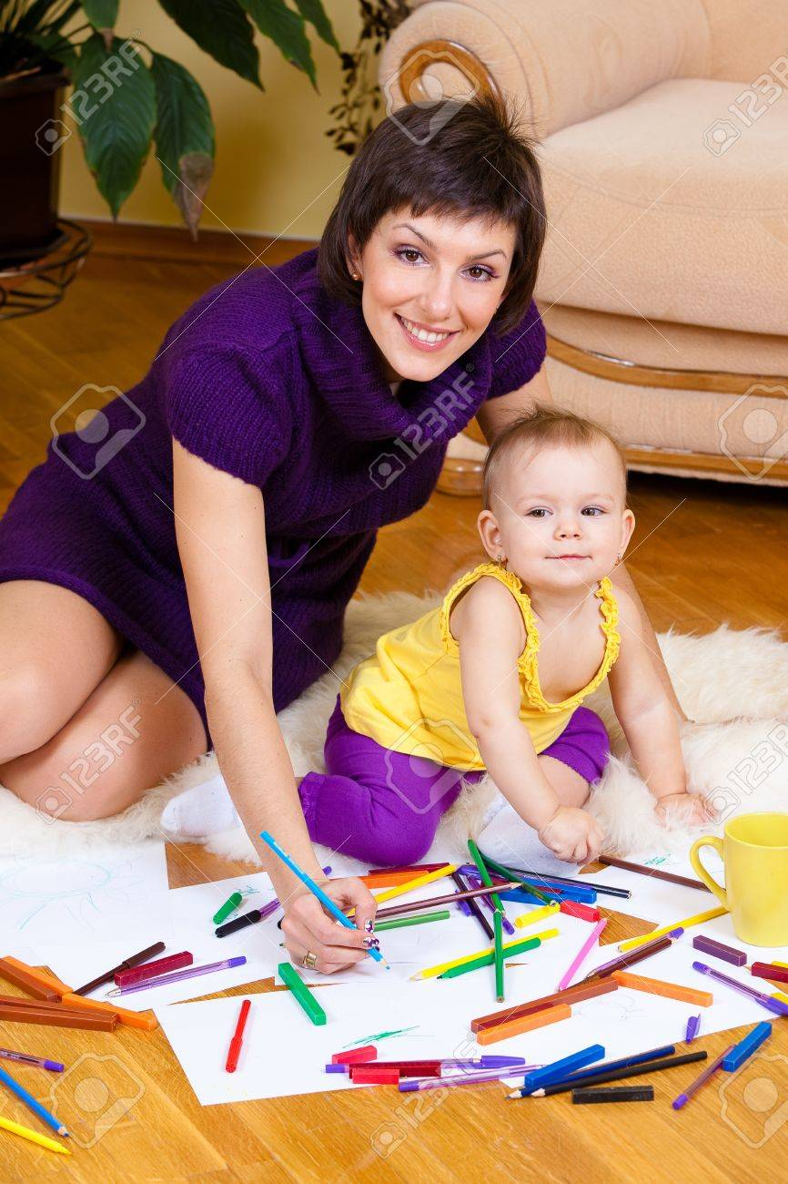 Mother and daughter drawing picture Stock Photo - 9370728