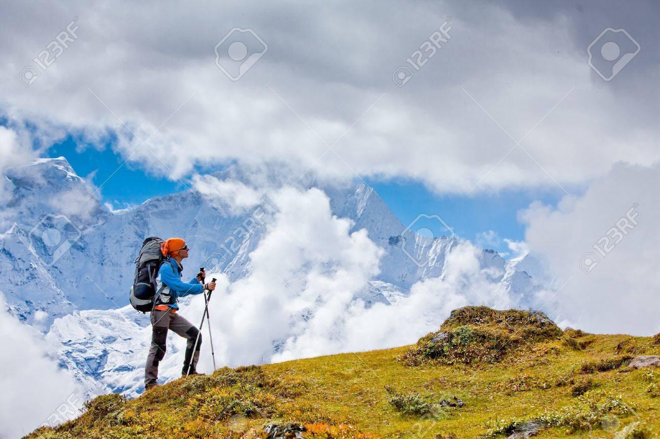 Hiking in Himalaya mountains Standard-Bild - 13459881