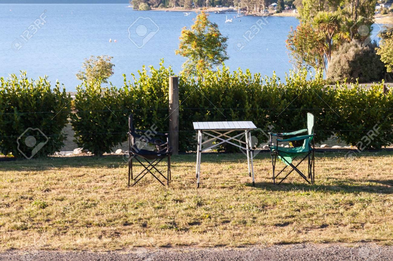 Tavoli E Sedie Da Camper.Immagini Stock Tavolo E Sedie Da Campeggio Vicino Al Lago Tekapo