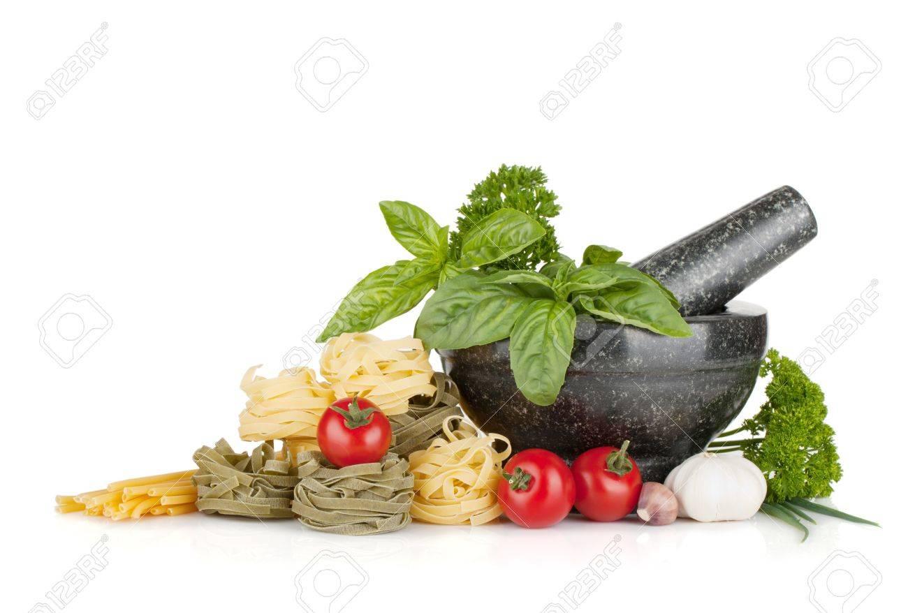 italienische küche: pasta, tomaten, frische kräuter in einem