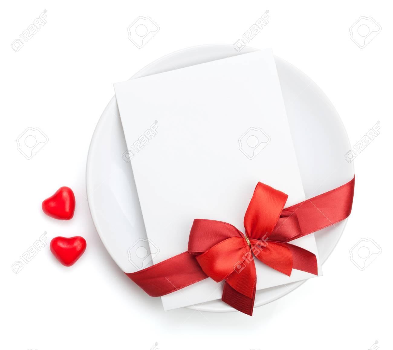 Jour de lettre d'amour de Saint-Valentin sur la plaque avec l'arc rouge. Isolé sur fond blanc Banque d'images - 24951755