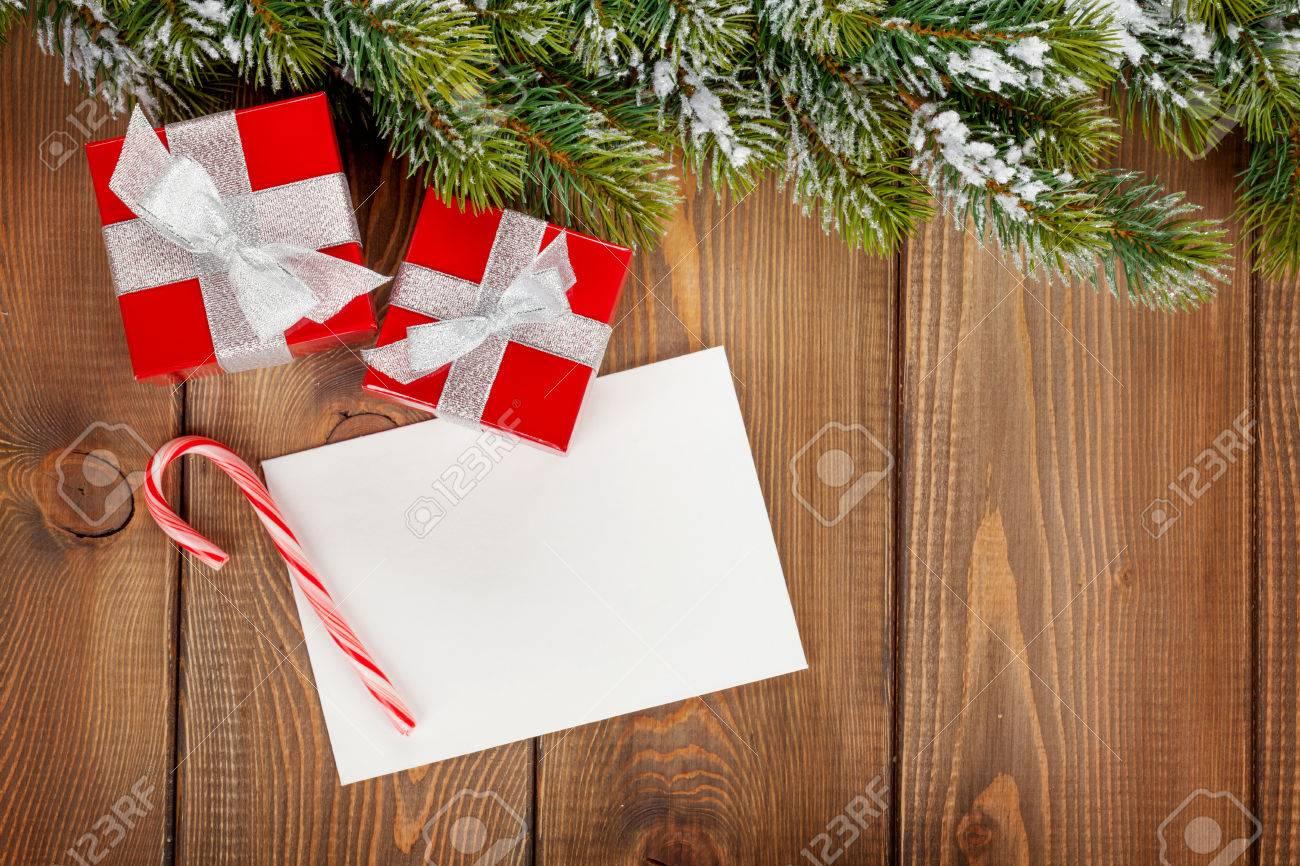 Boîtes à Cadeaux De Noël Et Carte De Voeux Vierge Sur Fond De Bois Avec Sapin De La Neige