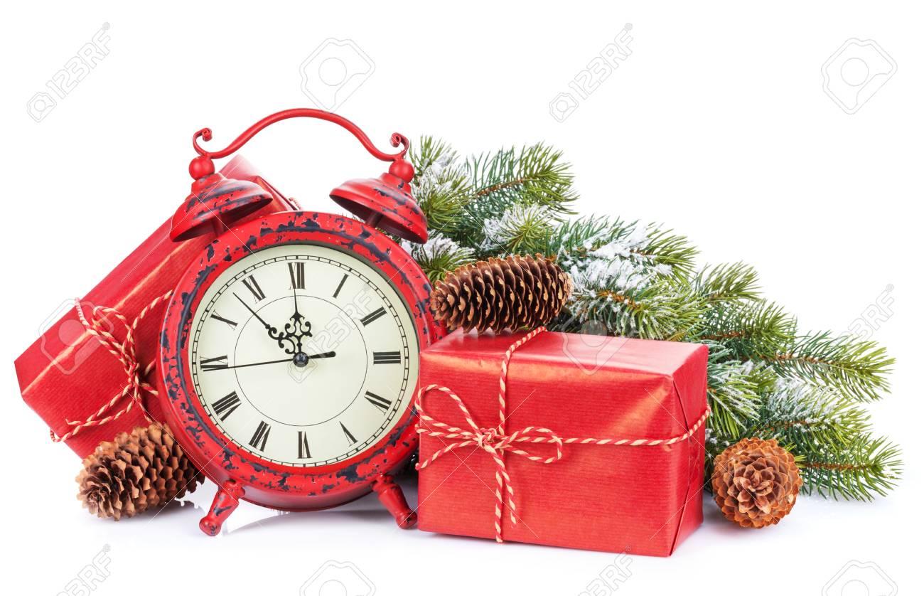 Weihnachtsgeschenkkästen Und Uhr. Isoliert Auf Weißem Hintergrund ...