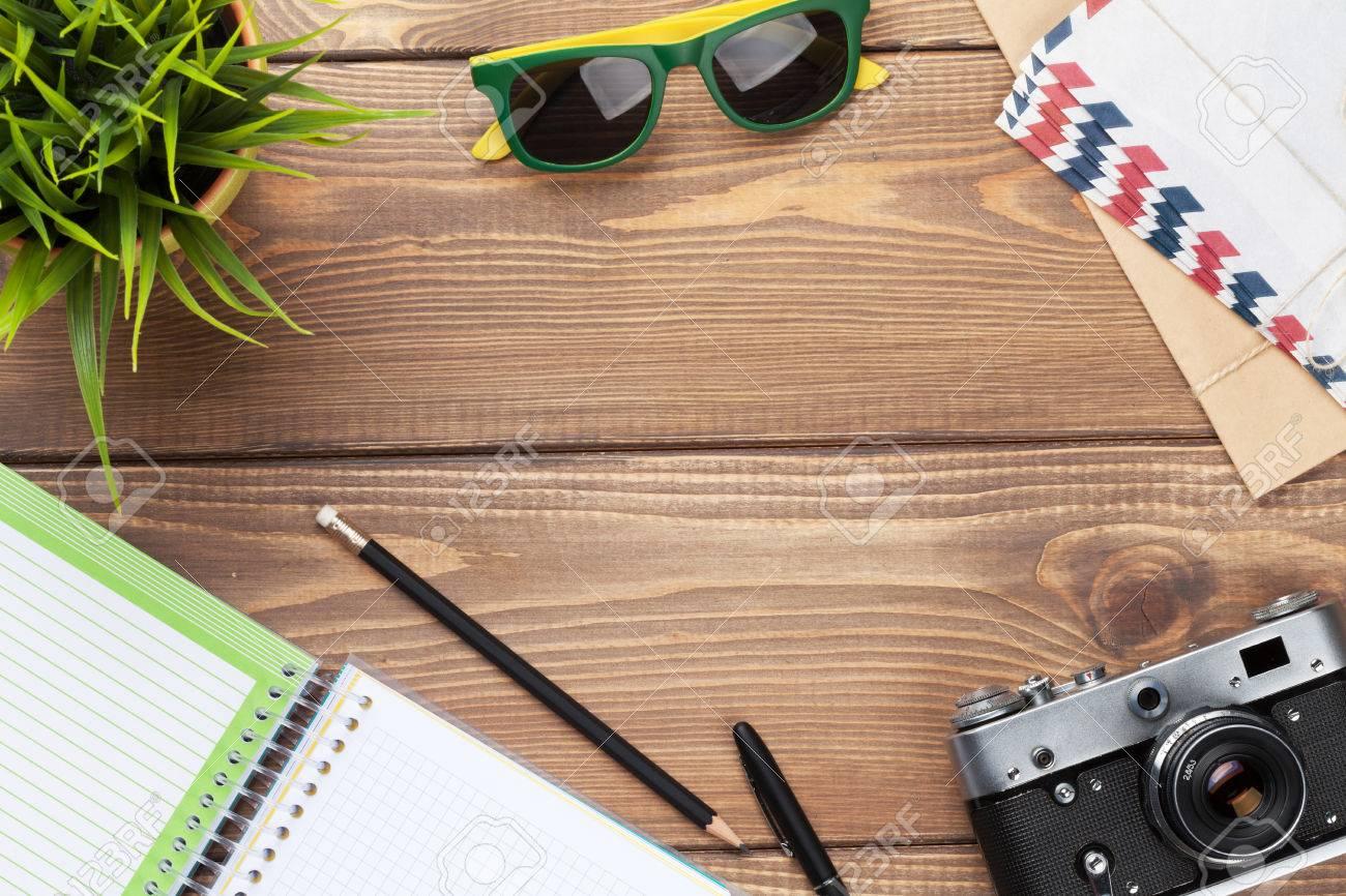 Kamera, Sonnenbrille Und Zubehör Auf Schreibtisch Schreibtisch Aus ...