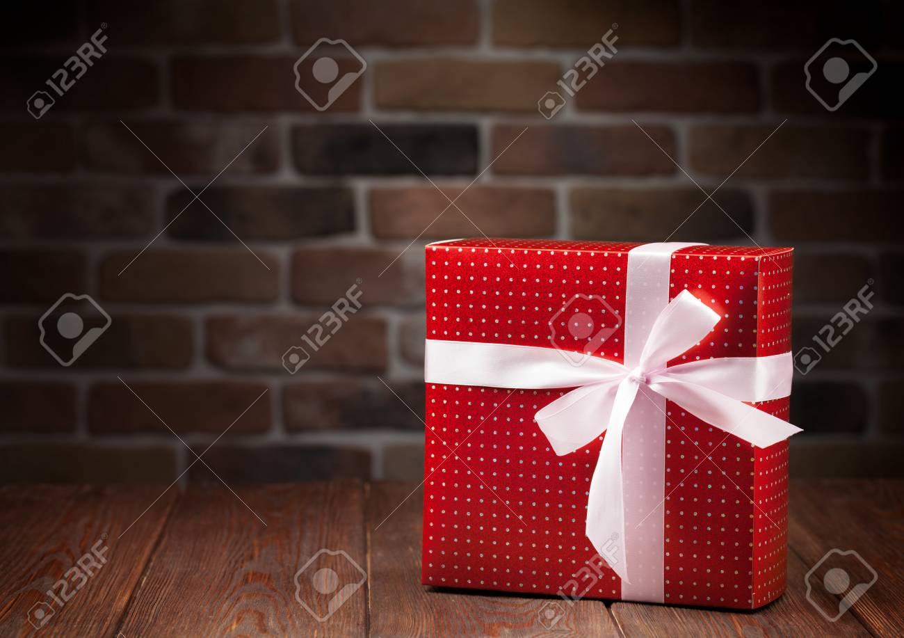 Weihnachtsgeschenkkasten Auf Holztisch. Ansicht Mit Kopie Raum ...