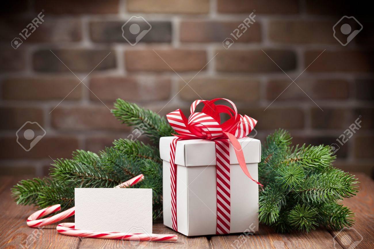 Weihnachtsgeschenkkasten, Grußkarte Und Tanne Zweig Auf Holztisch ...