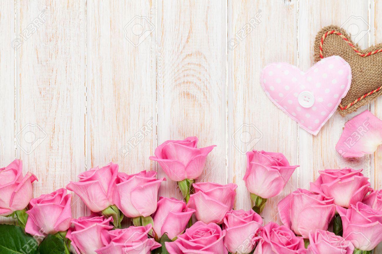 foto de archivo san valentn tarjeta del da con rosas de color rosa y los corazones de juguete handmaded sobre la mesa de madera
