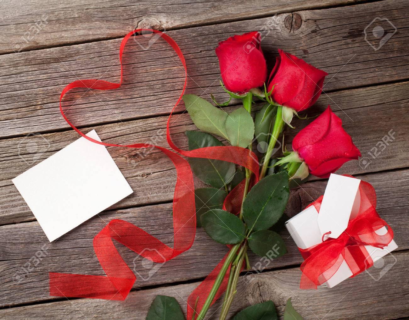 Rote Rosen Mit Valentinstag Grusskarte Und Geschenk Box Uber