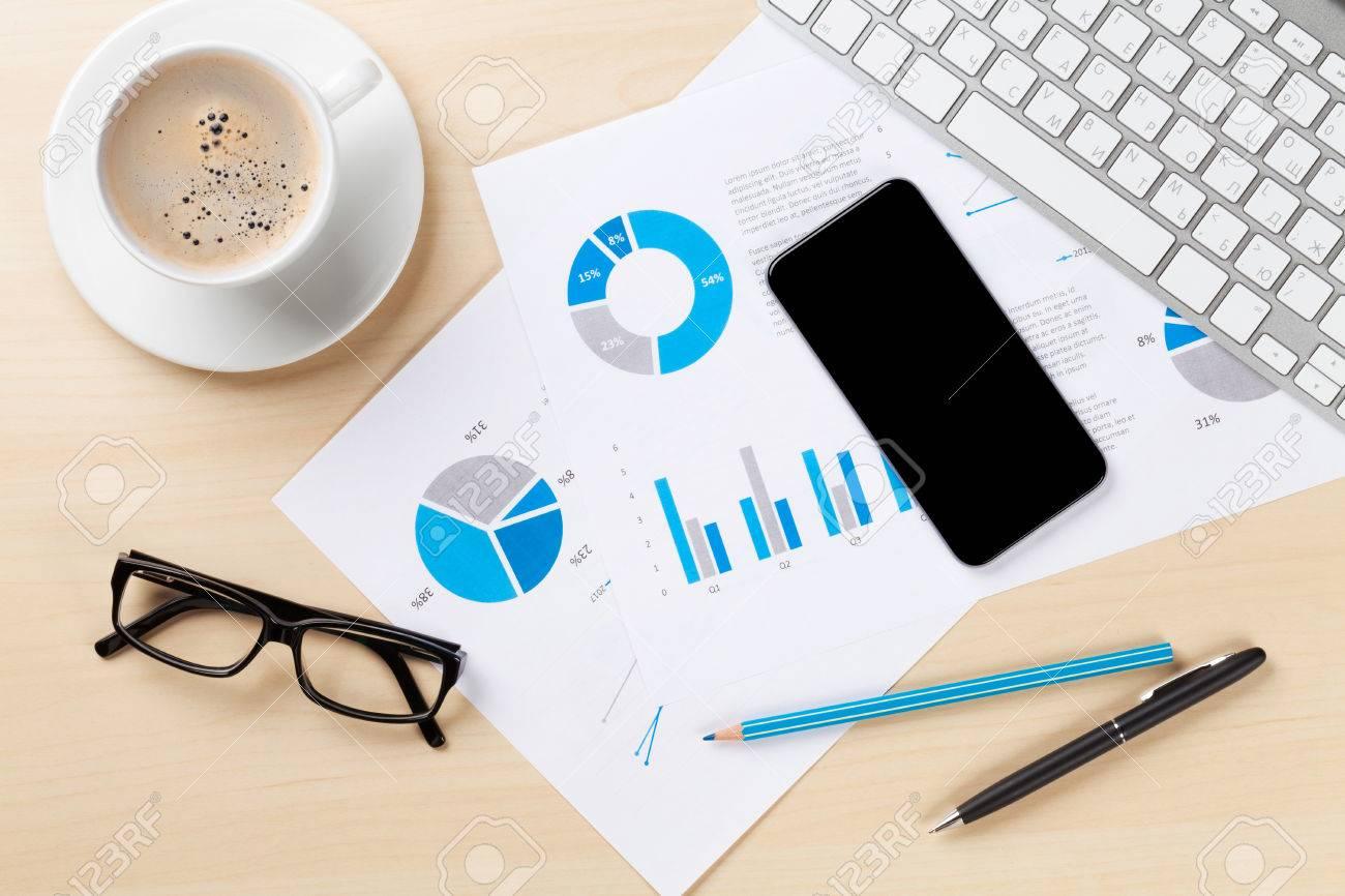 Tavolo Di Lavoro English : Posto di lavoro scrivania con pc grafici smartphone e caffè sul