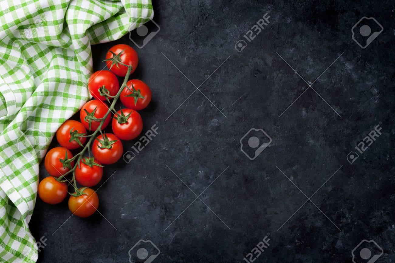 Pomodorini Maturi Sul Tavolo Di Cucina In Muratura. Vista Dall ...