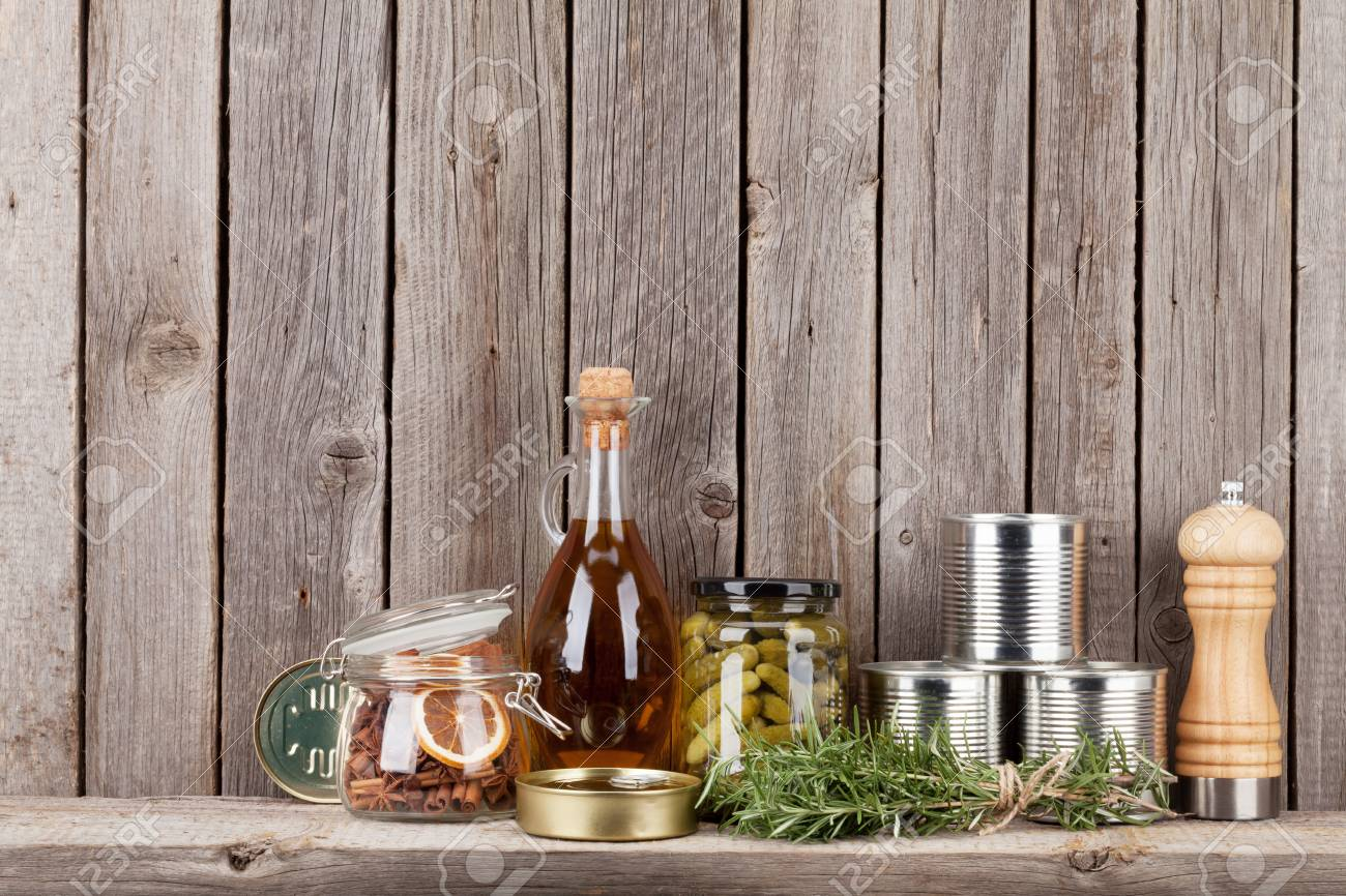 Houten Planken Tegen De Muur.Kokende Ingredienten Kruiden En Kruiden Op Plank Tegen Rustieke