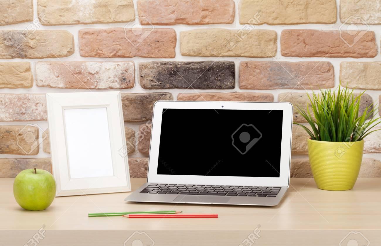 Büro-Schreibtisch-Arbeitsplatz Mit Laptop Und Fotorahmen Vor Der ...