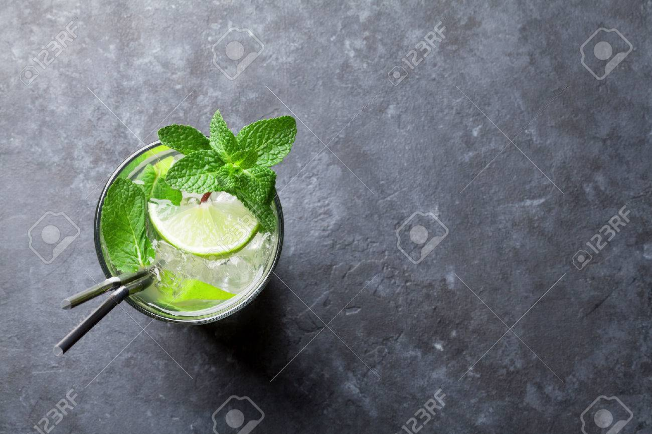 Mojito cocktail on dark stone table. Top view with space for your text Standard-Bild - 68747598