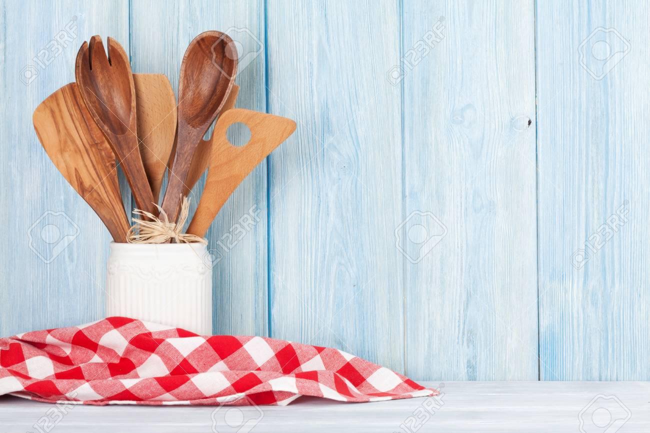 Küchenutensilien Vor Holzwand Mit Platz Für Ihren Text Lizenzfreie ...