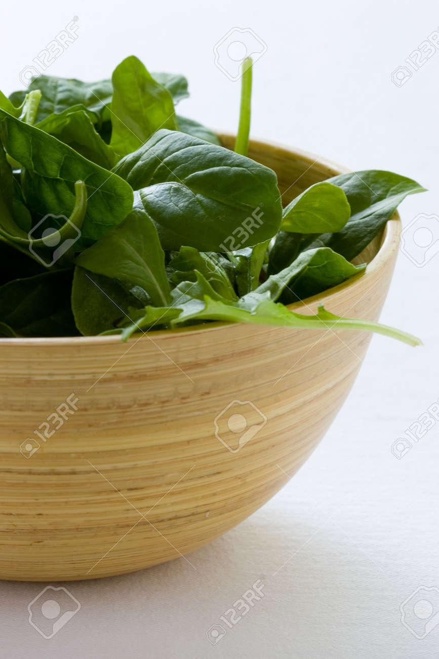 Spinat Salat In Einem Bambus Holz Schussel Lizenzfreie Fotos Bilder