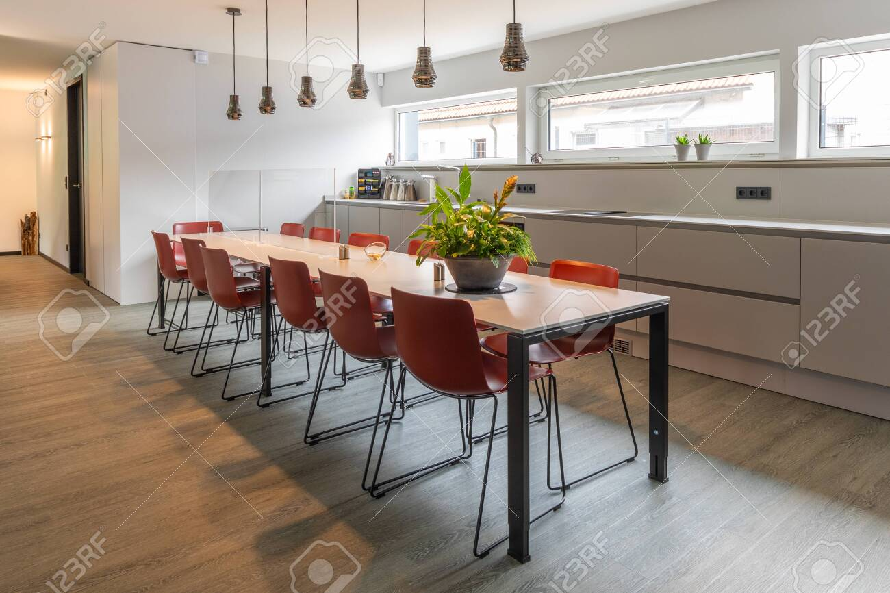 A Long Dining Table With Red Chairs In An Office Building Lizenzfreie Fotos Bilder Und Stock Fotografie Image 149732011