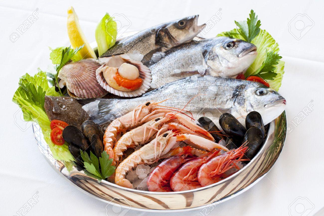 氷の上で新鮮な地中海の魚介類のクローズ アップ。 の写真素材・画像 ...