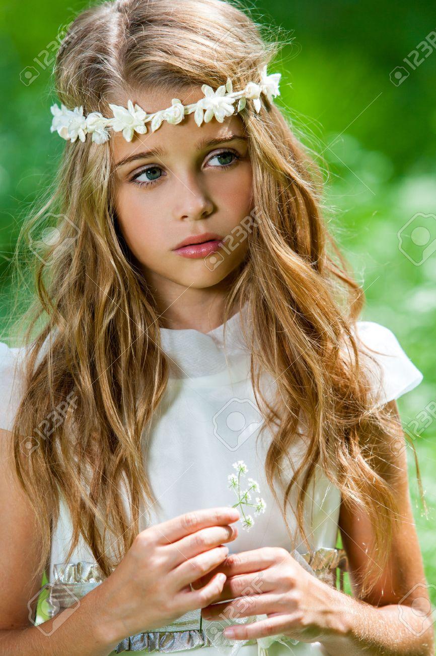 Картинка мальчик дарит цветок девочке » DreemPics com
