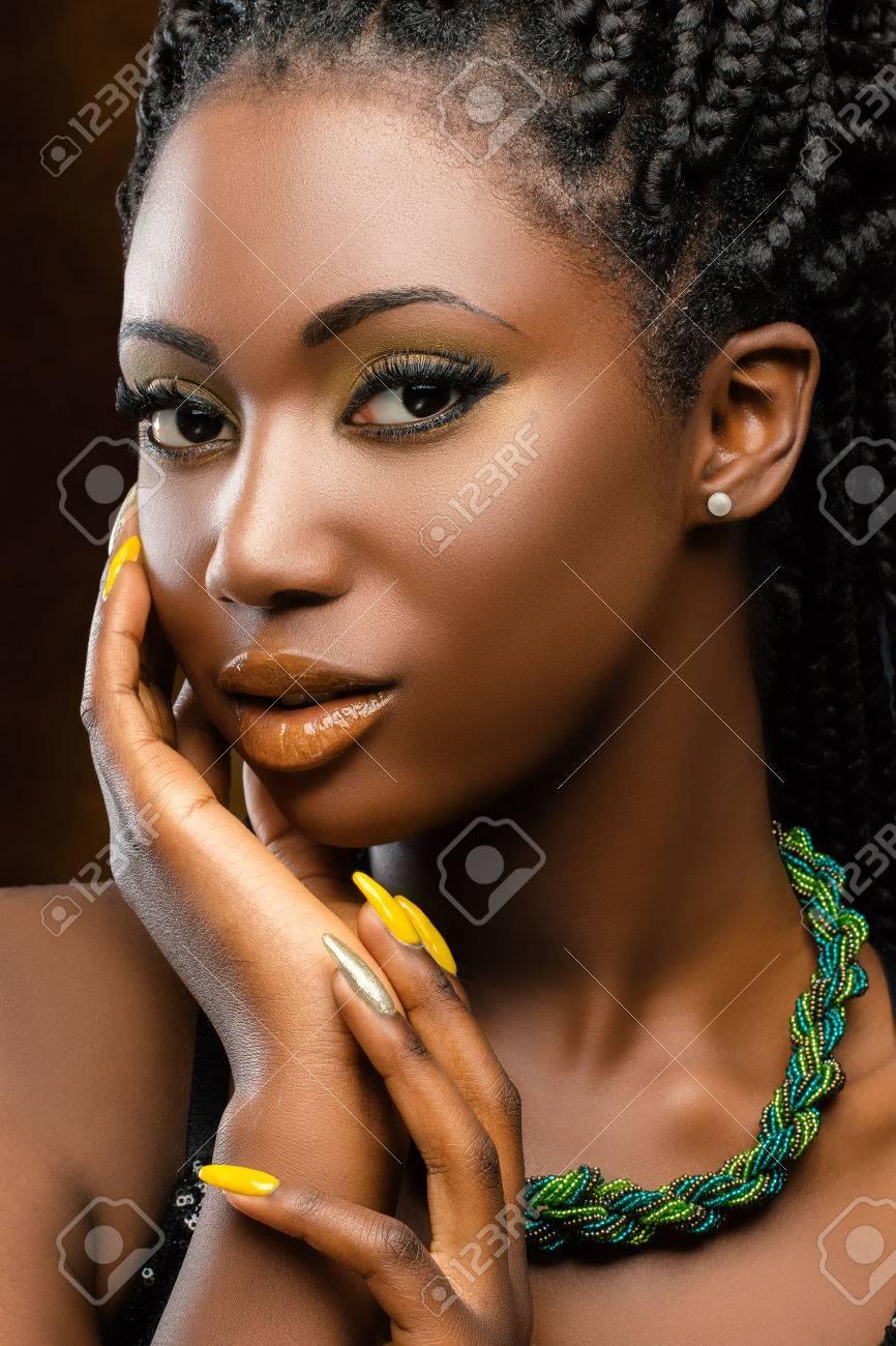 Fabuleux Gros Plan, Portrait De Jeune Femme Africaine Charmante. Belle Coup &WC_12