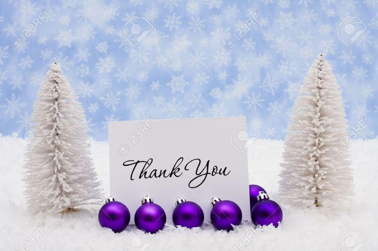 Immergrünen Bäume Sitzend Mit Violetten Glas Weihnachten Bälle Und ...