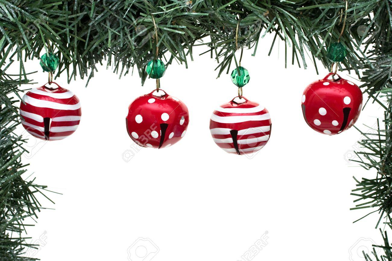 un borde verde guirnalda con campanas de navidad aislado en un fondo blanco frontera guirnalda - Guirnalda De Navidad
