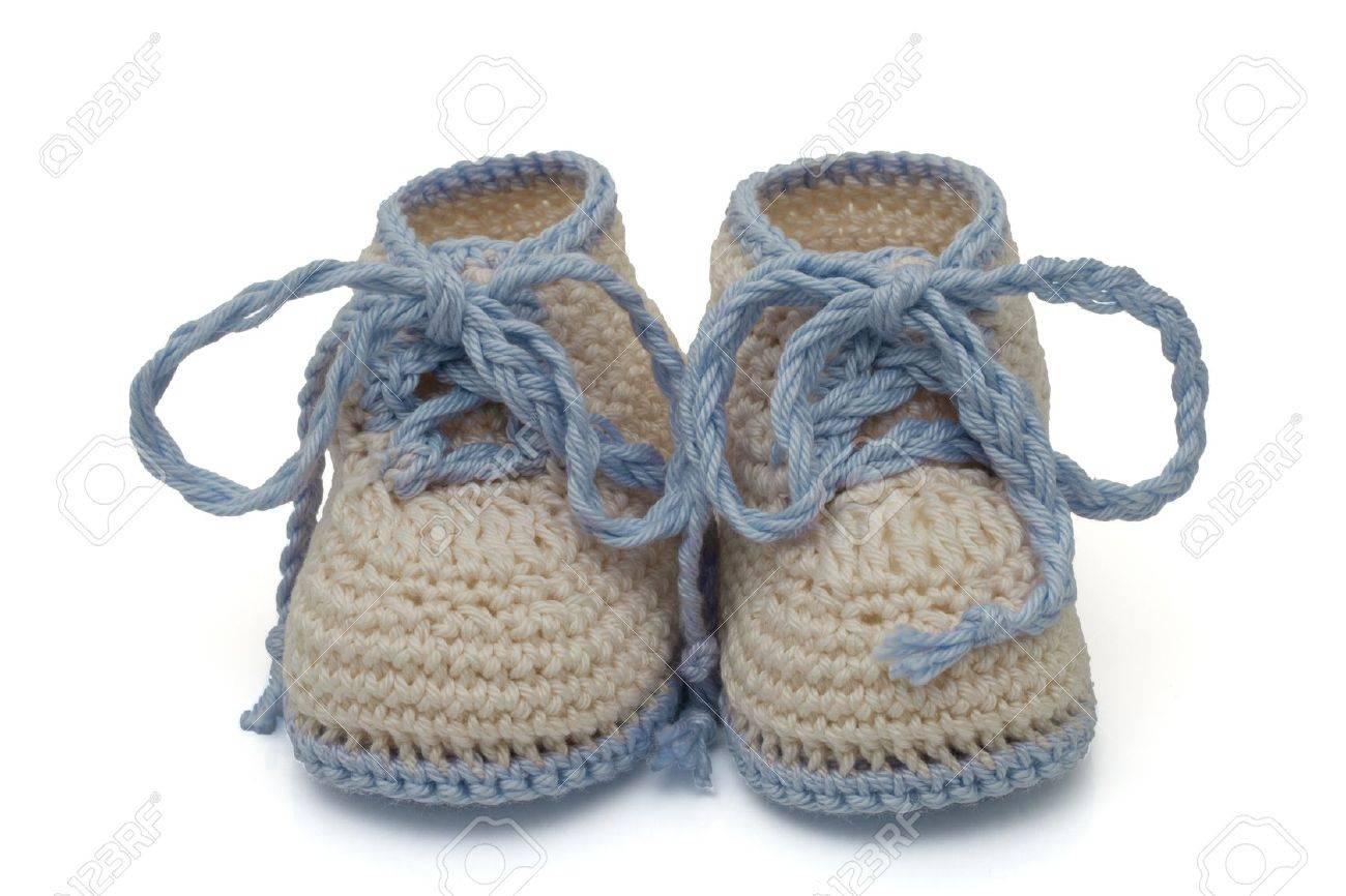 1062cd49939e6 Banque d images - Bleu et chaussons bébé au crochet écru isolé sur blanc