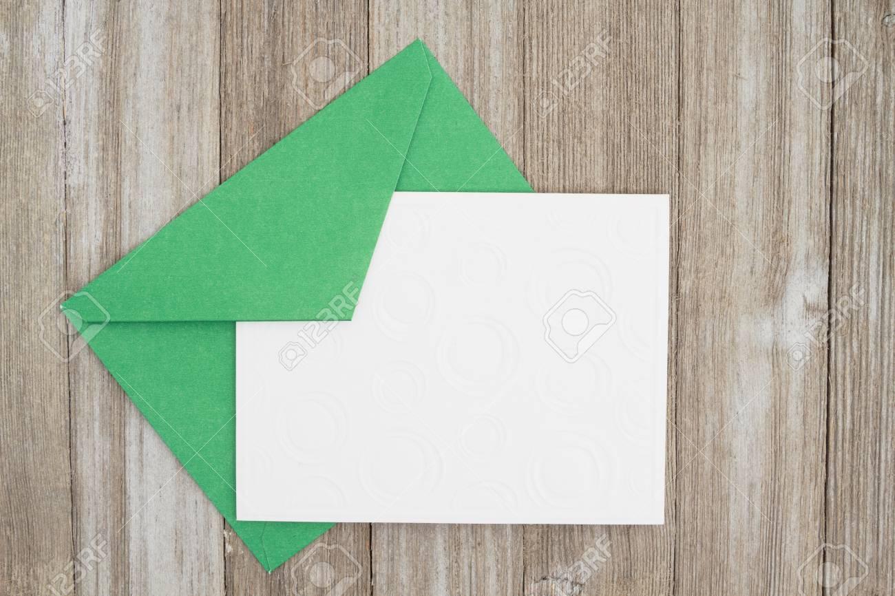 Patine Blanche Sur Bois une carte blanche de bois blanc avec une enveloppe verte sur bois patiné  avec espace copie pour votre message
