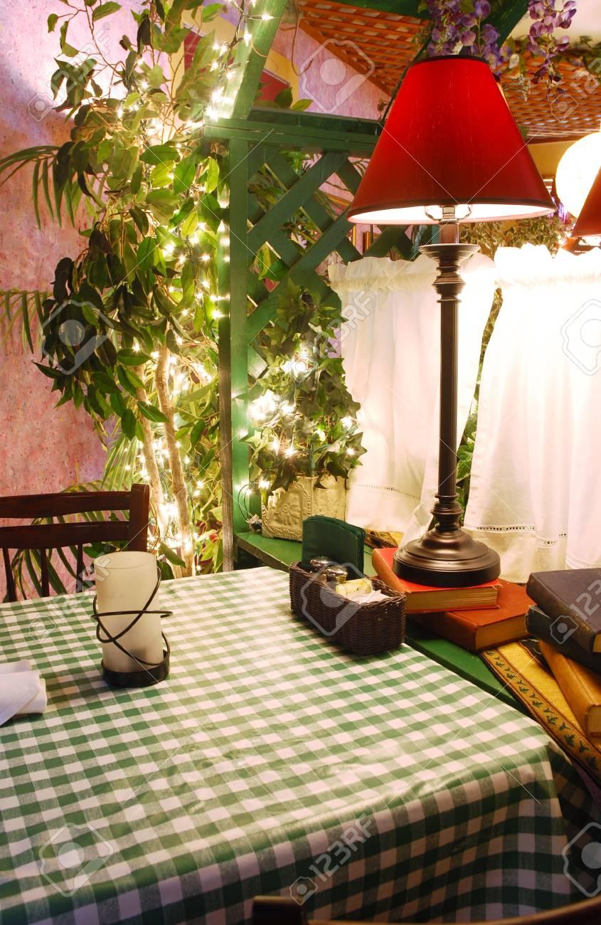 informal y una de restaurante lámpara con un mesa Interior de 8nkPXwO0