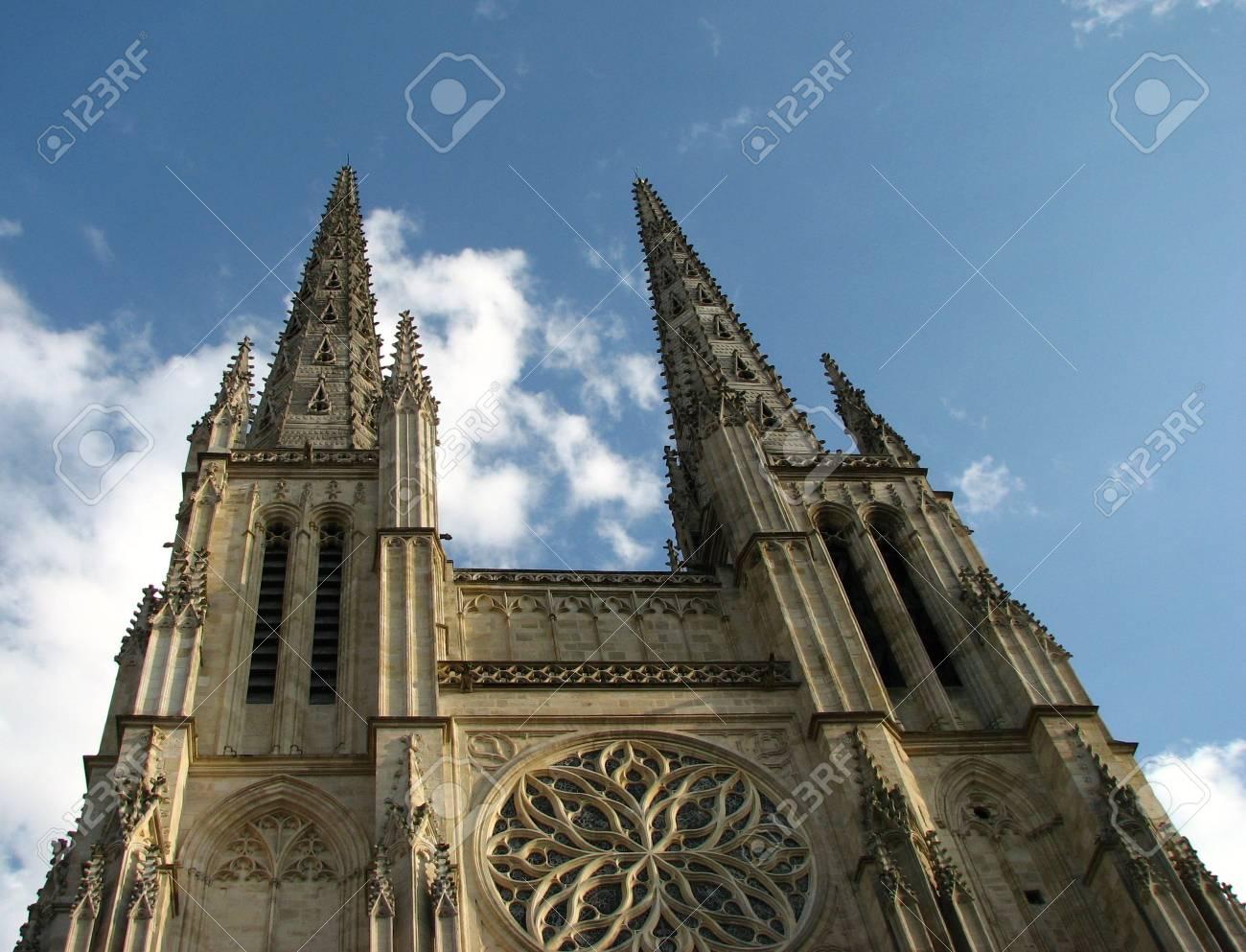 ボルドー聖アンドレ大聖堂の低角度のビュー の写真素材・画像素材 ...