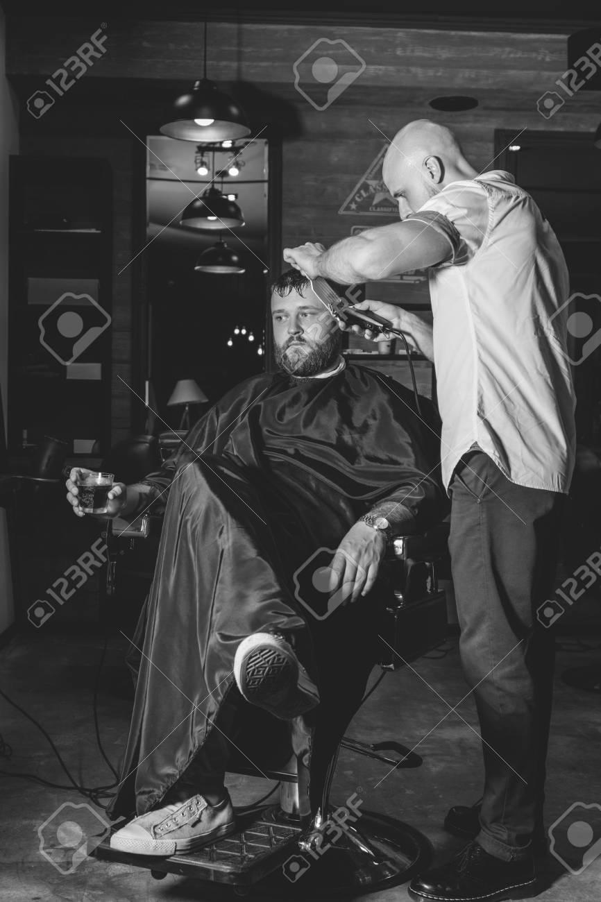 Coupe de cheveux de whisky des hommes