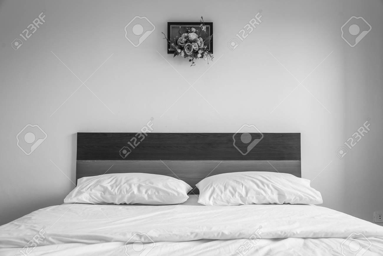 Légante chambre blanche avec un lit blanc, noir et blanc