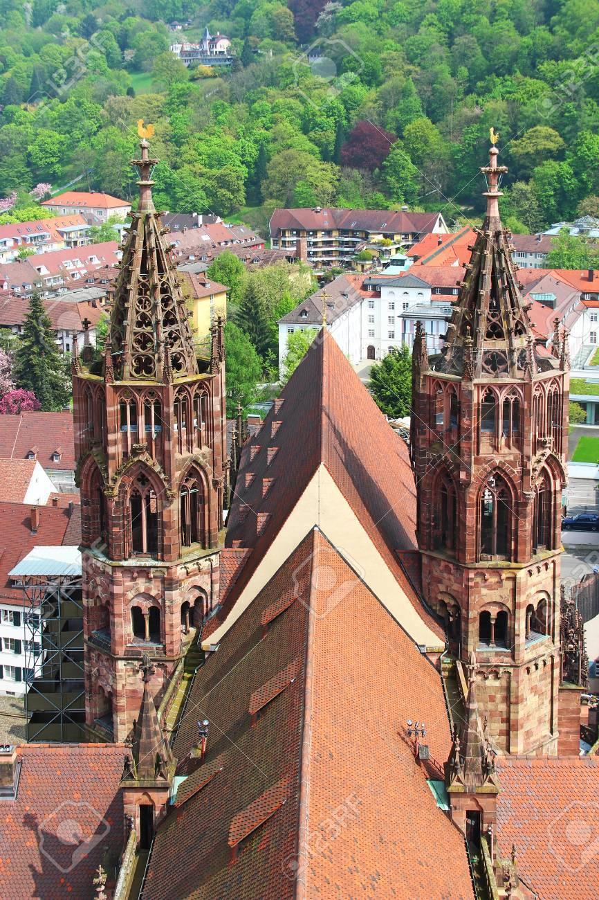 フライブルク ・ イム ・ ブライスガウ、ドイツのフライブルク大聖堂 ...