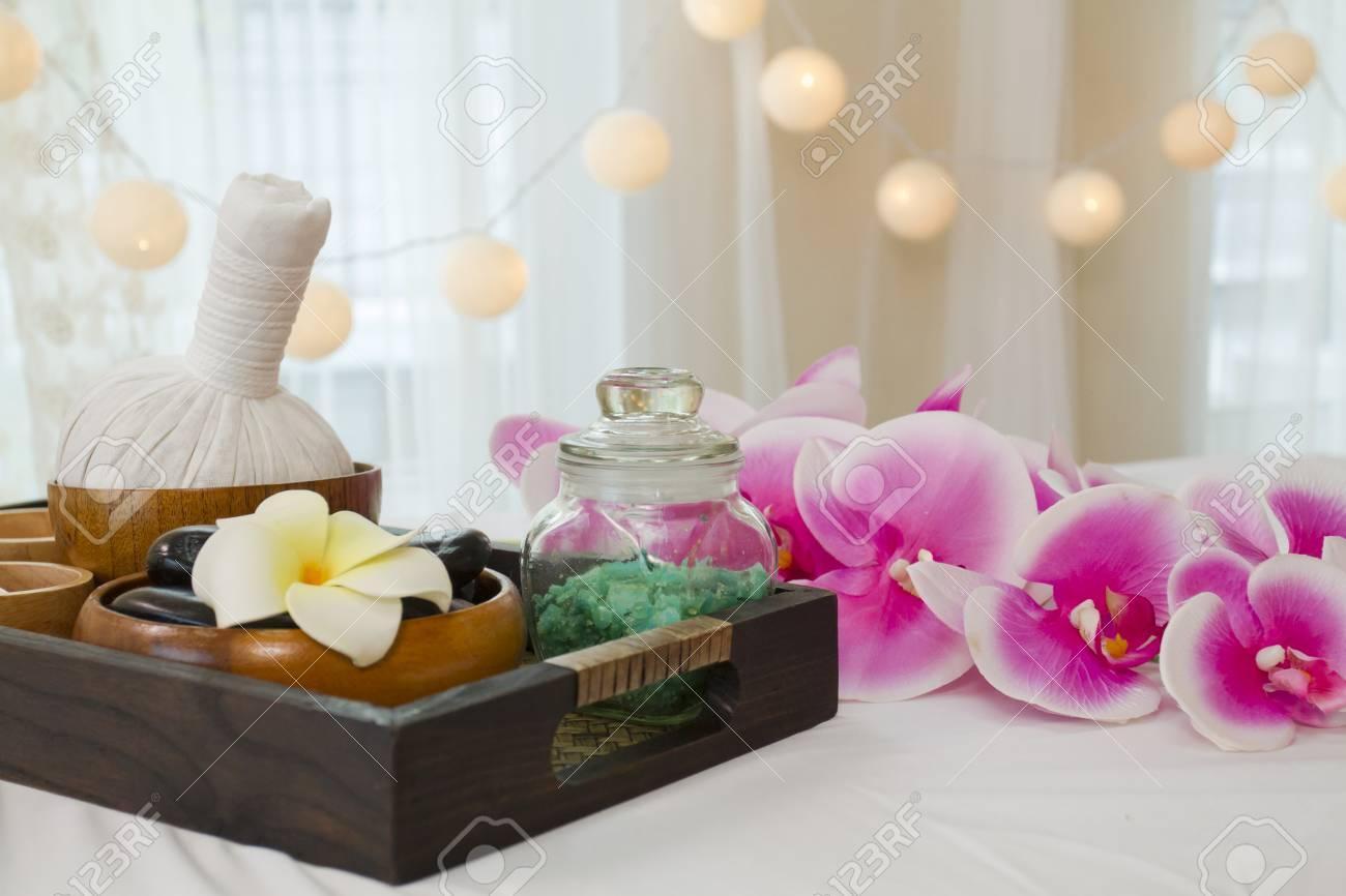 coupon codes premium selection many styles Les accessoires de spa avec boule aux herbes, pierre chaude noire et sel de  massage dans un récipient en bois dans une boîte en bois reposent sur un ...