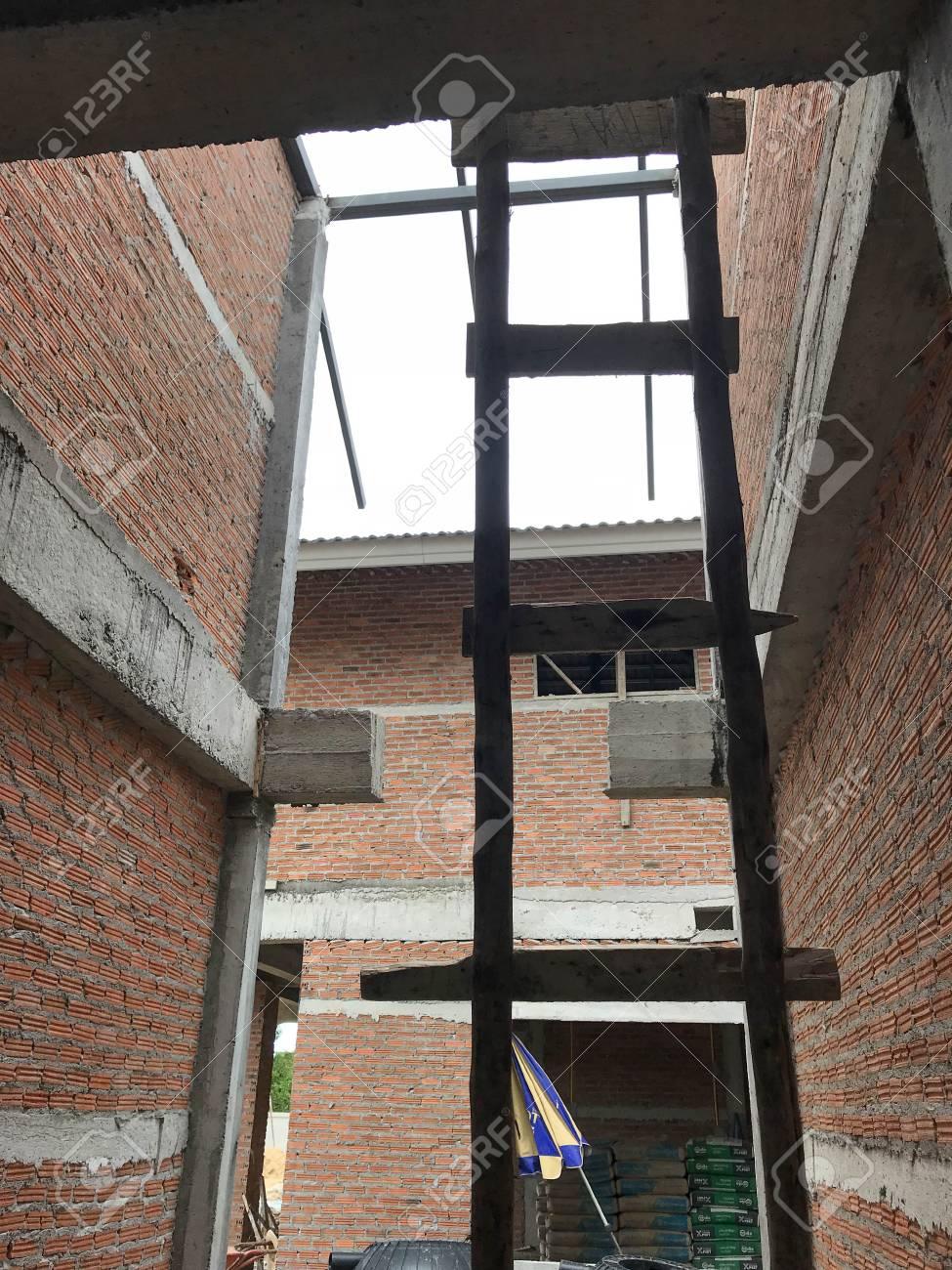 Baustelle Mit Neuen Häusern Im Bau. Standard Bild   88571206
