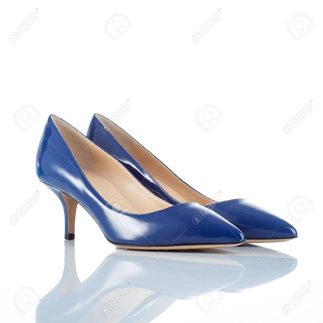fbe4df27b8 Foto de archivo - Par de zapatos azules de tacón alto de las mujeres de  cuero barnizado. aislado en blanco