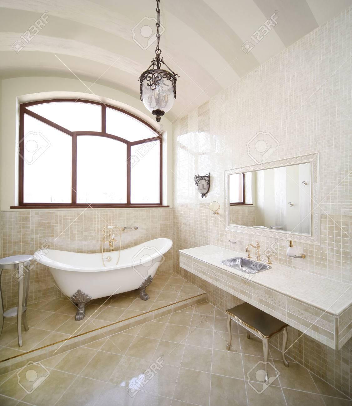 Vintage Salle De Bain De Couleur Beige Avec Un Génie Sanitaire D\'or ...