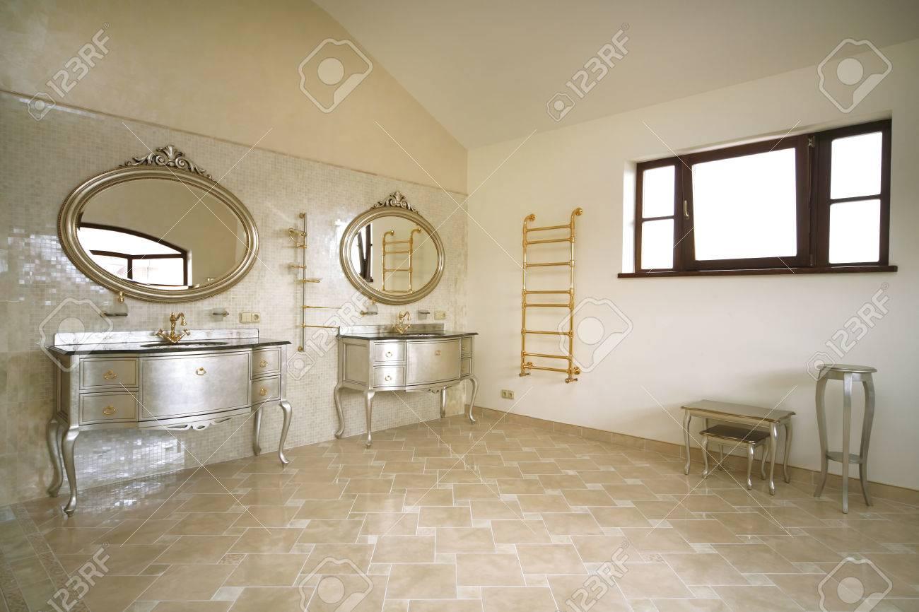 Vintage salle de bain de couleur beige avec un génie sanitaire d\'or