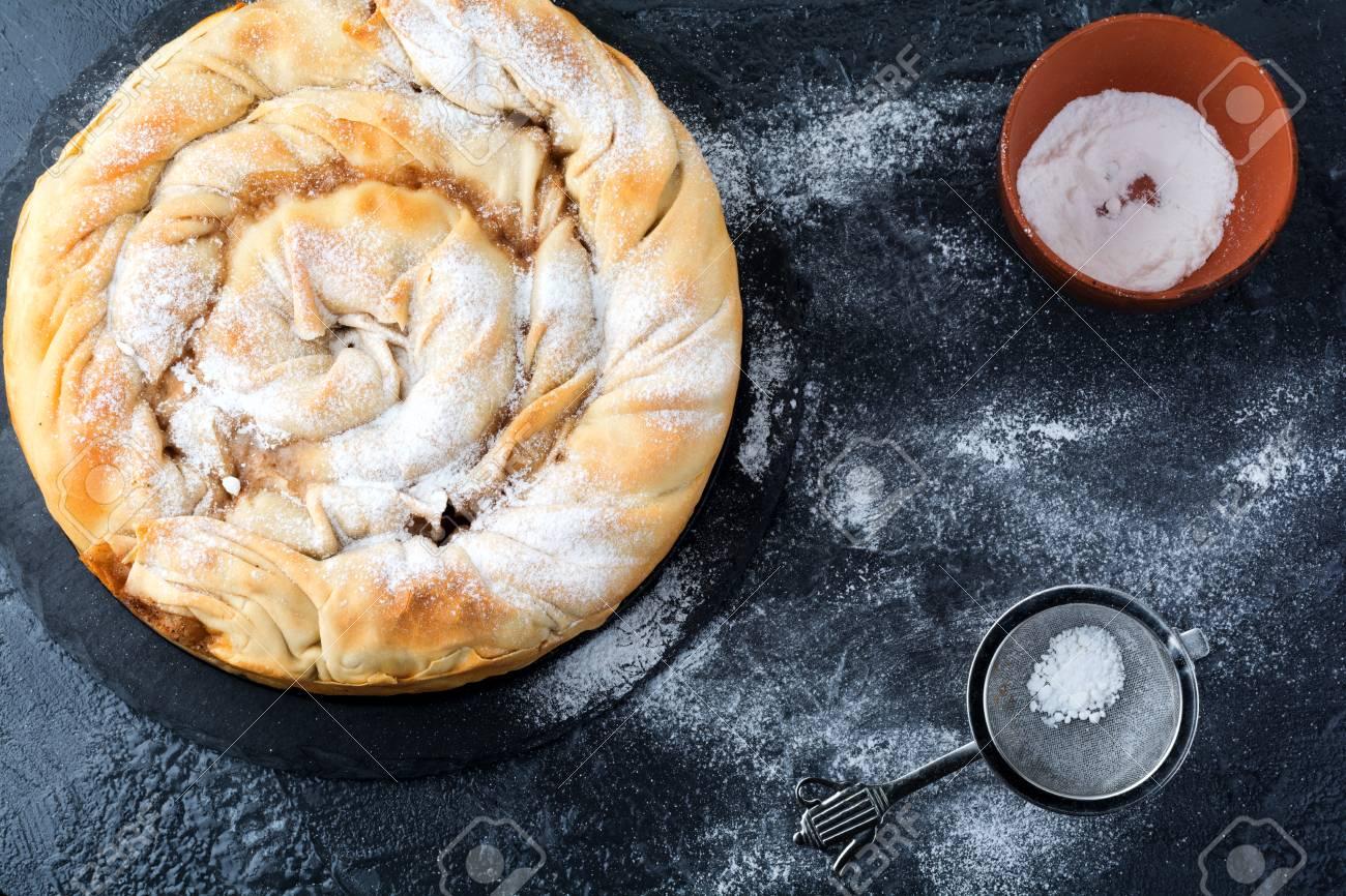 Runde Burek Torte Mit Einem Apfel Auf Einem Dunklen Hintergrund ...