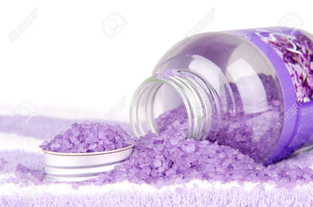 archivio fotografico bagno di sale viola su sfondo bianco