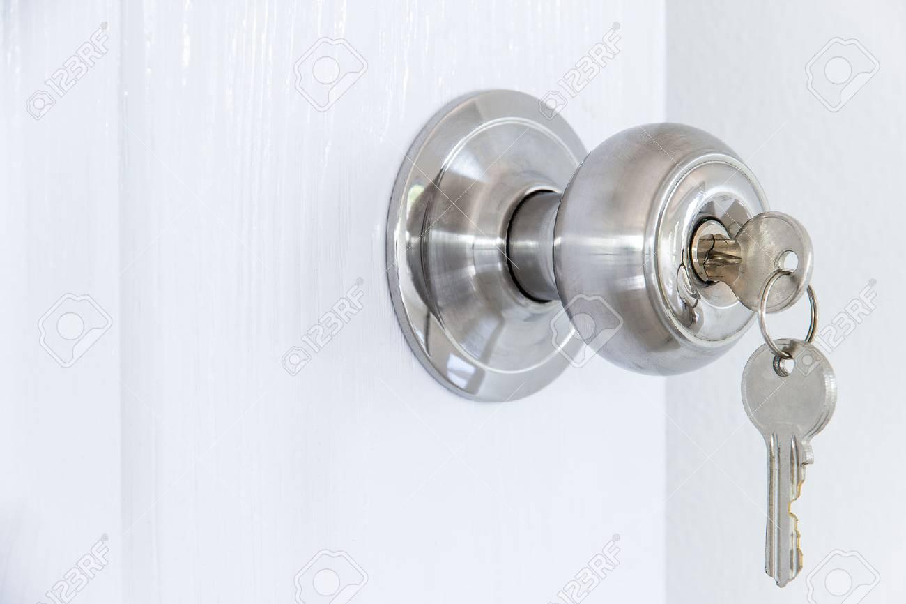 Knob locks with keys on the door - 60630227