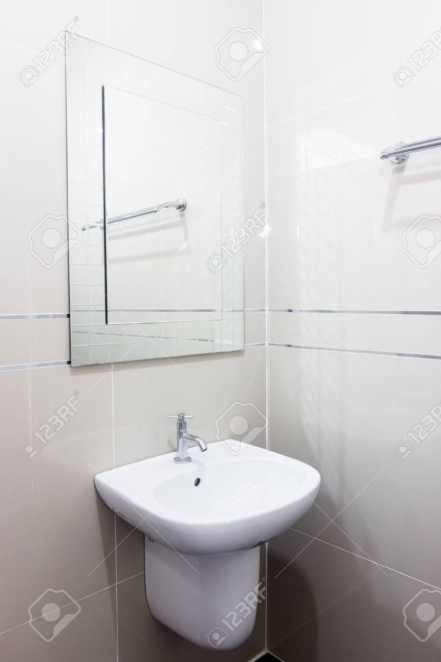 Modernes Design Haus Bad Weiße Sanitärkeramik Im Badezimmer ...