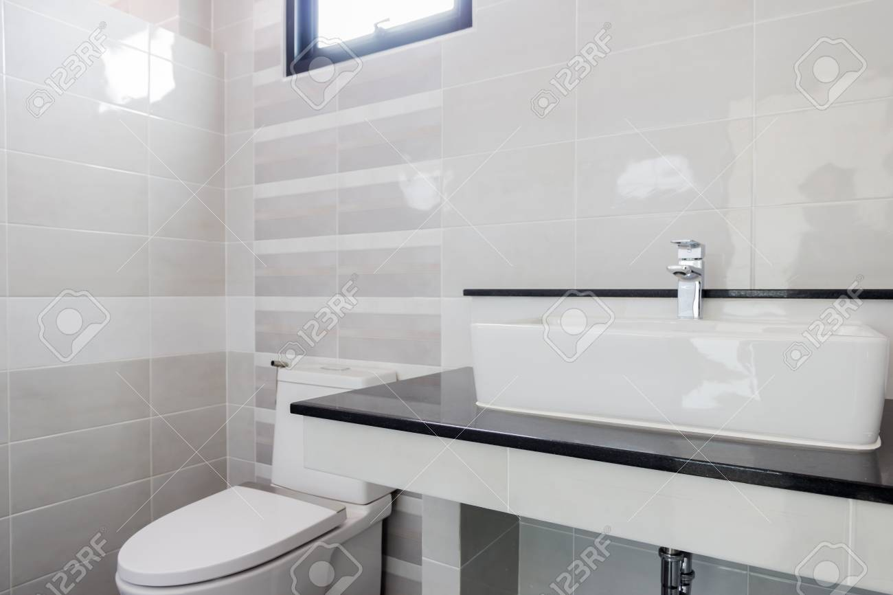 Modern design huis badkamer toilet en wastafel wit colur sanitair