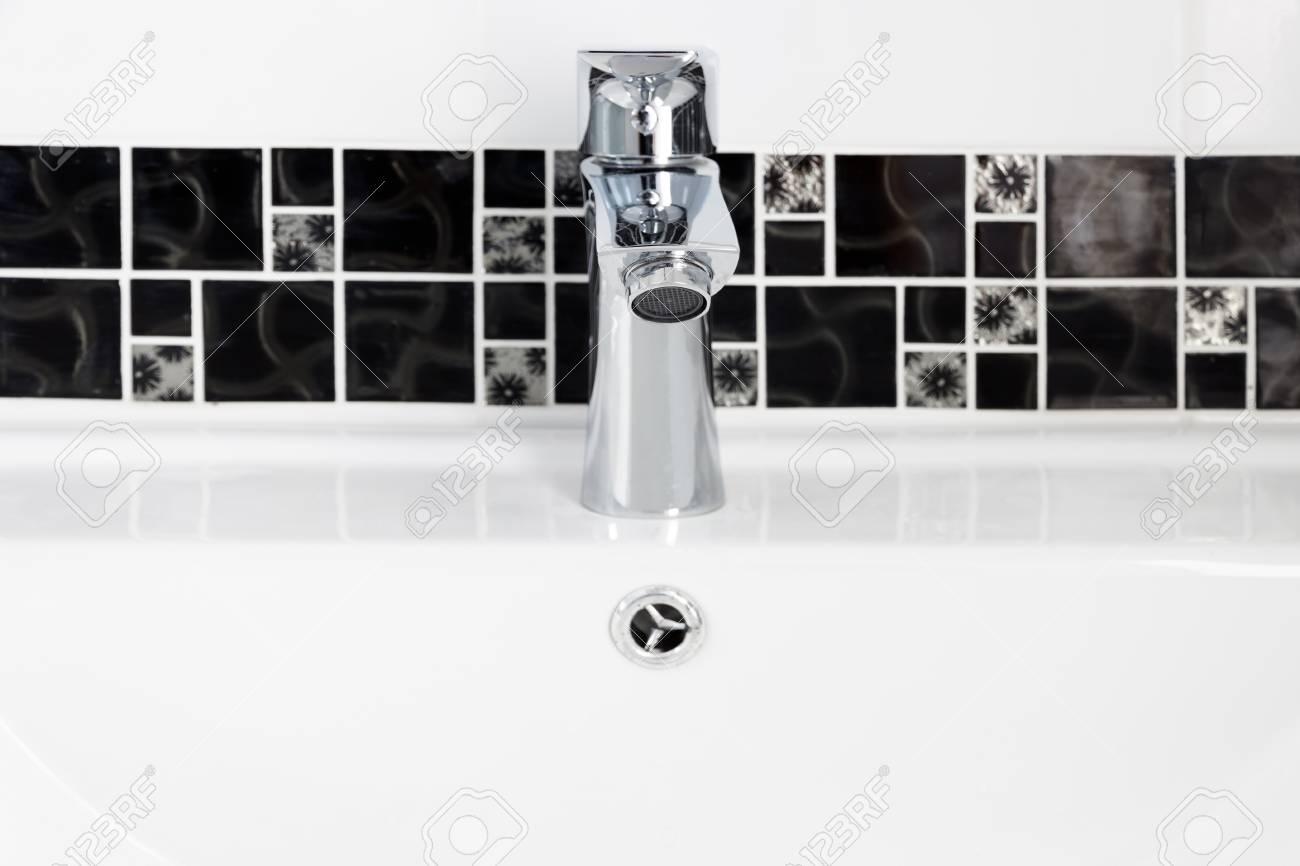 Bagno di design moderno casa rubinetto sul lavandino bianco colur